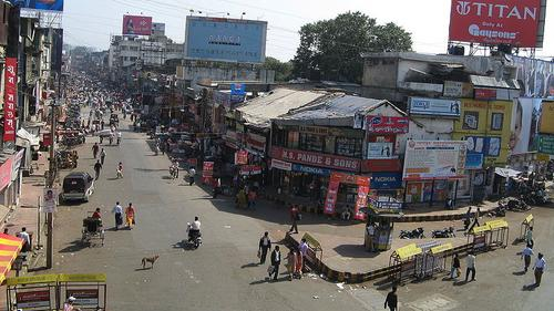 Busy street in Nagpur. Source: Gppande via Wikimedia Commons